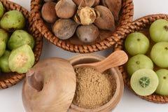 Les moyens de Triphala (nom thaïlandais) trois fruits contiennent le belerica de Terminalia (Gaertn ) Roxb ), chebula Retz de Ter photo libre de droits