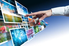 Les multimédia touchent avec la main photographie stock