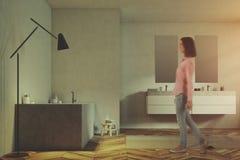 Les murs blancs intérieurs de salle de bains de luxe ont modifié la tonalité le plan rapproché Photographie stock libre de droits