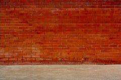 Les murs de briques et les planchers rouges de ciment Image libre de droits