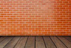 Les murs de briques rouges et les planchers en bois Photographie stock