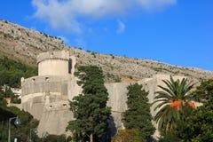 Les murs de Dubrovnik avec la vue sur Min?eta dominent Images libres de droits