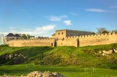 Les murs de ville et le château royal, Szydlow, Swietokrzyskie, Pologne images libres de droits