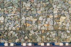 Les murs en pierre empêchent des éboulements dans la route de campagne Photographie stock libre de droits