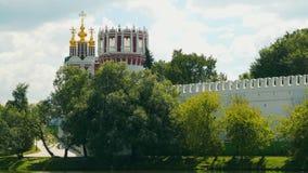 Les murs et les dômes de l'église de couvent de Novodevichy banque de vidéos