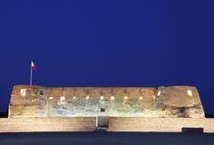 Les murs et l'entrée du sud du fort d'Arad en heures bleues Photographie stock libre de droits