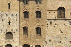Les murs et les fenêtres à San Gimignano, Italie photos libres de droits