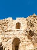 Les murs intérieurs dans la cour de Kerak médiéval se retranchent Image stock