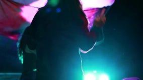 Les musiciens émouvants et les chanteurs vivent sur l'étape clips vidéos