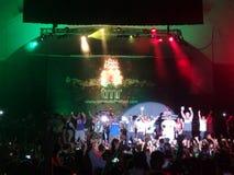 Les musiciens chantent et dansent sur l'étape à la fin de MayJah RayJah Concer Image libre de droits