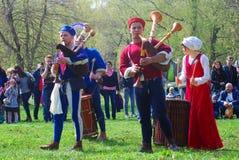 Les musiciens dans des costumes historiques exécutent dans un parc Photographie stock
