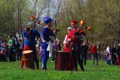 Les musiciens dans des costumes historiques exécutent dans un parc Images stock