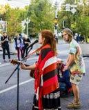Les musiciens de rue chantent la chanson au milieu de la rue Russie, Krasnodar, octobre 7,2018 image stock