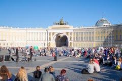 Les musiciens de rue exécutent pour des touristes et des astuces sur la PA de centre de la ville image stock