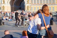Les musiciens de rue exécutent pour des touristes et des astuces sur la PA de centre de la ville photo libre de droits