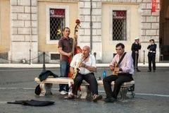 Les musiciens de rue jouant sur Navona ajustent à Rome photos stock