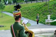 Les musiciens hongrois de hussard exécutent dans le château de Budapest image stock
