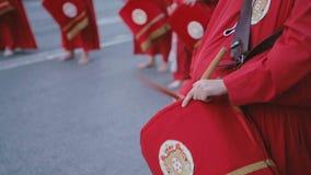 Les musiciens jouant des tambours pendant les cortèges de semaine sainte Fermez-vous des mains et des tambours clips vidéos