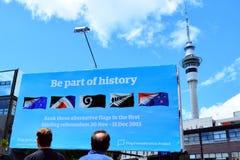 Les néo-zélandais regardent un panneau d'affichage avec du Ne principal de 5 alternatives Image stock