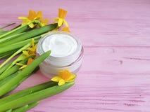 les narcisses de jonquilles masquent la crème organique faite main cosmétique un extrait en bois rose image stock