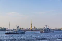 Les navires de guerre de forteresse de St Petersburg Peter et de Paul sur le Neva les déchirent image stock