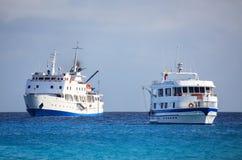 Les navires de touristes typiques ancrés chez Gardner Bay près d'Espanola est Photos stock
