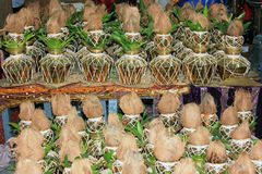 Les navires en laiton, noix de coco, mangue part pour des rituels spéciaux au temple hindou Photo libre de droits