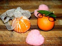 Les nectarines oranges cuisent à la vapeur sur un conseil en bois brun avec le coeur rose Photos libres de droits