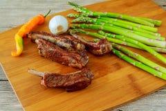 Les nervures délicieuses de BBQ avec du pain grillé, le slaw de chou et un BBQ fort et piquant sauce Images stock