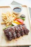Les nervures de BBQ de porc, les nervures de viande ont étouffé avec de la sauce à BBQ Image libre de droits