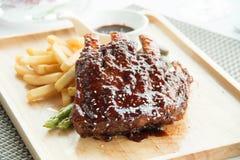 Les nervures de BBQ de porc, les nervures de viande ont étouffé avec de la sauce à BBQ Images libres de droits