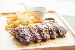 Les nervures de BBQ de porc, les nervures de viande ont étouffé avec de la sauce à BBQ Images stock