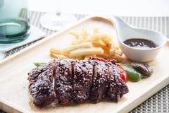 Les nervures de BBQ de porc, les nervures de viande ont étouffé avec de la sauce à BBQ Photos stock