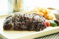 Les nervures de BBQ de porc, les nervures de viande ont étouffé avec de la sauce à BBQ Photo stock