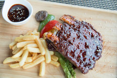 Les nervures de BBQ de porc, les nervures de viande ont étouffé avec de la sauce à BBQ Image stock