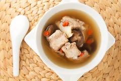 Les nervures de porc dégagent la soupe Photographie stock libre de droits