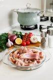 Les nervures du lapin de Coocking avec des légumes Photo stock