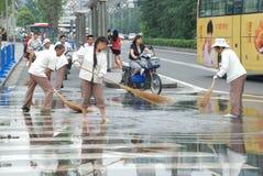 Les nettoyeurs chinois balayent la rue images libres de droits