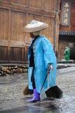 Les nettoyeurs chinois de Miao balayent la rue images libres de droits