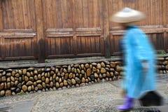 Les nettoyeurs chinois de Miao balayent la rue Photographie stock