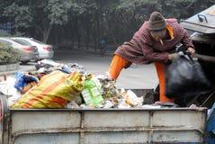 Les nettoyeurs traitent des déchets photo libre de droits