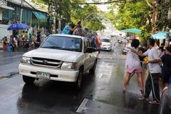 Les noceurs célèbrent l'an neuf thaï Image libre de droits