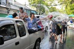 Les noceurs célèbrent l'an neuf thaï Photographie stock libre de droits