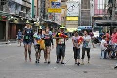 Les noceurs célèbrent l'an neuf thaï Images libres de droits