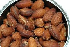 les noix d'amandes salées dedans peuvent Images stock