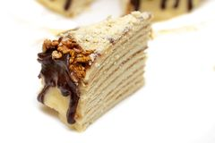 Les noix et le glaçage de chocolat décorent ce segment de gâteau photos libres de droits