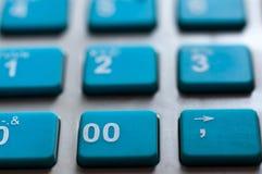 Les nombres blancs bleus se ferment vers le haut du macro tir sur la caisse enregistreuse Images libres de droits
