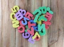 Les nombres et les lettres ont arrangé à un coeur de forme Image stock