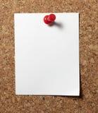 Les notes avec des broches de poussée sur le liège embarquent des affaires de bureau Images stock