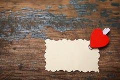 Les notes et le coeur blancs d'amour de papier de feuille forment Image stock